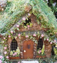 Rose Cottage está seguro de atraer las hadas a su jardín! Esta casa se hace de hormigón y piedra que dure por muchos años, ideal para uso al aire libre. Vides con rosas de arcilla miniatura suben la rejilla de la rama. Un cono de pino pequeño adorna la puerta de entrada. Casa mide 8.5 de alto x 8 de ancho x 7,5 de profundidad. Grande en hadas envase jardines demasiado!  Nota: hadas y accesorios no incluidos únicamente con fines ilustrativos.  Rosas son un símbolo eterno de amor y gratitud…