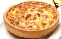 Originaria della Lorena, è la più classica delle quiche; pochi ingredienti semplici per una preparazione gustosa e raffinata! #quiche #lorraine