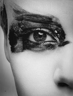 Traços despropositados feitos com pincel de arte. A idéia de um olho só pode ser boa por fugir do tradicional?