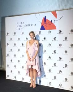 #ELLEtalk #헤라서울패션위크 #메트로시티 포토월에서 만난 #로지헌팅턴휘틀리  아름다운 D라인의 모습으로 뱃속 아가와 함께 컬렉션에 참석했답니다! 핑크 드레스를 입은 그녀는 그야말로 봄의 여신 @rosiehw @hellometrocity  via ELLE KOREA MAGAZINE OFFICIAL INSTAGRAM - Fashion Campaigns  Haute Couture  Advertising  Editorial Photography  Magazine Cover Designs  Supermodels  Runway Models