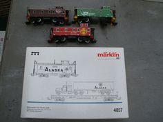 Märklin H0 - 4857 - Driedelige set met Flatcar Caboose en 18 wheeler van de Alaska RailRoad ( MHI model) en 3 cabooses  Märklin H0 - 4857 - Driedelige set met Flatcar Caboose en 18 wheeler van de Alaska RailRoad ( MHI model) en 3 cabooses4857 Wagonset Alaska Railroad met:CabooseFlatcar18 wheelerKoppelingen/type: Märklin beugelkoppelingenBijzonderheden: MHI model4775 Burlington Northern Caboose ontbreken de twee achteste wielen ( zie detailfoto)4563 Southern Pacific 4777 ATSF Santa FéTeksten…
