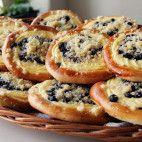 Čučoriedkové koláče s tvarohom • recept • bonvivani.sk Mekka, Bagel, Food And Drink, Pizza, Bread, Cooking, Hampers, Kitchen, Bakeries
