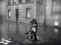 Imaginez la Seine qui déborde : 500 km² du territoire francilien sous l'eau, 5 millions d'habitants touchés... C'est sur un tel scénario catastrophe de crue centennale que planchent les services de la préfecture de police, de la RATP, de 5 départements associés à quatre pays européens pour un exercice inédit de simulation de crue appelé Sequana, et qui se déroule du 7 au 18 mars. L'occasion de revenir en images sur les excès de la Seine, de 1910 à 2001. Ici à Ivry, en février 1945.