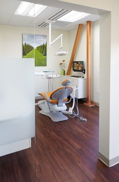 Interior designers given the task of decorating a dental office are in charge, not only of making it look professional, … Dental Office Decor, Medical Office Design, Dental Design, Clinic Design, Dental Cremer, Dental Reception, Dental Clinic Logo, Dentist Clinic, Dental Cabinet
