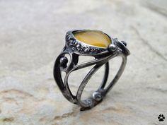 Medový - prsten s jantarovým opálem Medový - prsten s jantarovým opálem Cínovaný prsten- vyrobenz cínu se stříbrem, mědi, drátu akabošonu jantarového opálu původem z Madagaskaru. Velikost kamene je 1,5x0,9cm, prsten je vyroben ve velikosti 56, lze zvětšit roztažením. Šperk jepatinován, broušen, leštěn aošetřen antioxidačním olejem. Opál Užití: ...