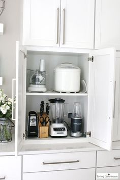 The best Kitchen Cabinet Organization Ideas! This Modern Farmhouse White Kitchen is full of clever ways to organize cabinets. Home organizing inspiration.