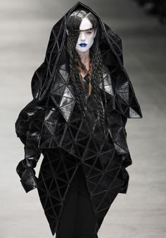 Sculptural Fashion, robe jacket with flexible geometric structure; experimental, avant garde fashion design // Gareth Pugh fashion photography Gareth Pugh at London Fall 2008 Geometric Fashion, 3d Fashion, Dark Fashion, Runway Fashion, Trendy Fashion, High Fashion, Fashion Beauty, Fashion Design, Fashion Trends