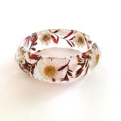 ST - Floral Bangle. Daisy jewelry. Real flower jewelry. Botanical bangle. Pressed flowers jewellery. Resin bangle bracelet . Resin jewelry