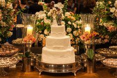 Casamento rústico-chique: bolo branco clássico - Foto Helson Gomes