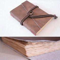 Caderno em corano sintético (couro ecológico) e papel envelhecido com café.  Veja mais sobre esse sketchbook e outros trabalhos no nosso portfólio no #Flickr  http://www.flickr.com/photos/bellamiaatelie  #cadernodecouro #corano #papelenvelhecido #papelaria #caderno #encadernação #encadernaçãomanualartística #longstitchbuttonhole #feitoàmão #produtosartesanais  #sketchbook #bookbinding #handmade #crafts #stationery #syntheticleather #leather #oldpaper #coffee