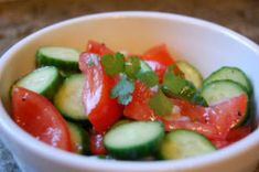 tomato cucumber red onion basil peper salt vinegar and olive oil Tomato Salad Recipes, Cucumber Tomato Salad, Healthy Recipe Sites, Suddenly Salad, Baked Spaghetti Squash, Delicious Fruit, Yummy Food, Healthy Food Choices, Bean Salad