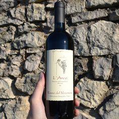 Eine Cuvée aus Corvina, Rondinella, Molinara, Sangiovese und Teroldego. Der Einstiegswein hier bei Arco, überall sonst aber ein wirklich großer Wein. Dichte, reife Fruchtaromen von Brombeeren, Heidelbeeren und Rosinen vermengen sich mit delikaten Würznoten. Am Gaumen ist er stoffig mit einer guten Konzentration und feiner Säure. 90/100 Punkte KB