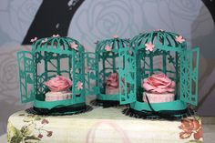 Elá Camarena faz decoração de papel para casamento. As gaiolas enfeitam a mesa
