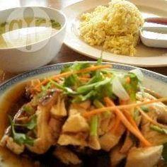 Hainanesischer Reis mit Huhn / Dieses chinesische Gericht aus der Provinz Hainan ist vor allem in Malaysia und Singapur sehr beliebt.@ de.allrecipes.com