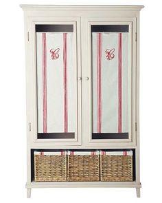armario con visillos y cestas de mimbre