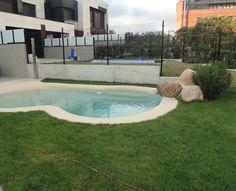 Arquitectura moderna y piscina de líneas orgánicas, la combinación ideal para cualquier proyecto. Esta piscina de arena está realizada en el jardín de una moderna vivienda unifamiliar de San Sebastián.   #arquitectura #diseño #proyecto #piscina #arena #jardin
