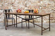 El comedor Grenelle posee cierto estilo industrial vintage que se ve por los elementos típicos del estilo.