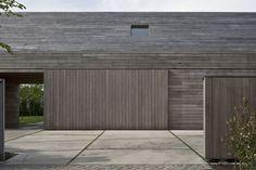 Integendeel. Vincent Van Duysen Architects kregen voor dit erf met schuren en boerderijhuis in het Oost-Vlaamse Tielrode de vraag de woning te renover