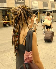 Love her hair, and I've always wanted a rasta tie in my hair like that :)