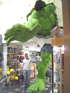 Hulk gigante numa loja de brinquedos da Venezuela!