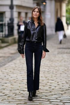 How to Wear Jeans: Alexa ChungYou can find Alexa chung and more on our website.How to Wear Jeans: Alexa Chung Blazer Jeans, Tokyo Fashion, Runway Fashion, Womens Fashion, Cheap Fashion, Fashion 2017, Fashion Brands, Spice Girls, Celebrity Outfits
