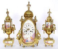 Terno  frances de porcelana e bronze , decoração com pinturas de  cena galante , mostrador com algarismos romano (mostrador com restauro). Medidas do relógio 40 x 16 x 11 cm.