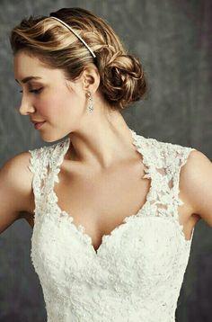 De bandjes van deze Ella Rosa bruidsjurk lopen van voor naar achteren iets breder uit waardoor de jurk hoog in de nek sluit..