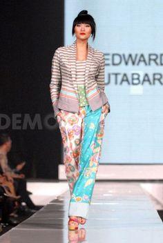 Jakarta Fashion Week 2010: A Tribute to Kebaya - designer: Edward Hutabarat. #kebaya #batik
