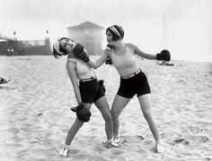 La actriz Dorothy Sebastian se lleva un 'punch' en la barbilla de Joan Crawford, en 1927