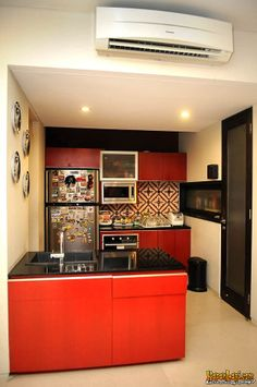 Beranjak ke dapur yuk! Small dry kitchen ini memiliki kitchen island table with one sink berwarna merah.