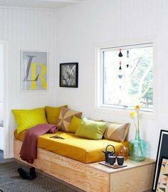 Plein de couleurs et un lit avec rangement pratique