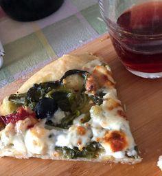 Pizza di farina di semola  e lievito madre con scarola e salsiccia piccante