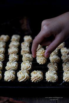 SAGU KEJU - COOKIES TERFAVORIT   Catatan-Nina Butter Cookies Recipe, No Bake Cookies, Yummy Cookies, Cake Cookies, Halal Recipes, My Recipes, Cookie Recipes, Dessert Recipes, Resepi Cookies