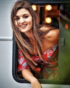 Haste dilo me gham bhi hai, muskurati aankhe kabhi nam bhi hai, dua karte hai aapki hansi kabhi na ruke, kyunki apki muskurahat ke deewane hum bhi hai… Turkish Women Beautiful, Turkish Beauty, Cute Beauty, Beauty Full Girl, Beautiful Celebrities, Beautiful Actresses, Hayat And Murat, Hande Ercel, Stylish Girl Pic