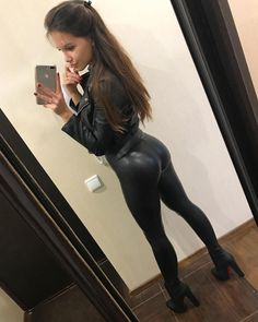 Sexy Outfits, Sexy Dresses, Girl Outfits, Women's Sports Leggings, Pernas Sexy, Black Leather Pants, Shiny Leggings, Leggings Fashion, Girl Fashion