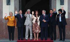 En de diciembre de 2007, Lula junto a los presidentes Michelle Bachelet (Chile), Nicanor Duarte (Paraguay), Tabaré Vázquez (Uruguay), Cristina Fernández de Kirchner (Argentina), Hugo Chávez (Venezuela) y Evo Morales (Bolivia), en la cumbre del Mercosur en Montevideo (Mariana MENDEZ / AFP).