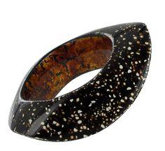 """Bracelet """"Black""""  SALOMÉ LIPPUNER-CH     Ajoutez à ma sélection  Bracelet en bois, recouvert de laque Urushi Rankaku(coquilles d'oeuf) et feuilles d'or. Pièce unique.    Dimensions : 12 x 9,5 x 3,5mm    Bois  Laque"""
