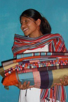 Susi, pilier de l'association, portant les tissages de El Camino de los Altos --- Susi, pilar de la asociacion, sostiene los diferentes tejidos de El Camino de los Altos #textilmaya #associacion #tejedoras #mayas #couleurs #faitmain
