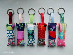 Petits coussins en patchwork, pour ne plus perdre ses clefs dans son sac ou pour conduire en beauté...dimensions 9 cm x 4 cm (sans le ruban)lavable à 30°