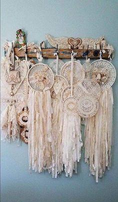 Attrape rêves (dream catcher) shabby et ces fleurs - Haber Alka Doily Dream Catchers, Dream Catcher Boho, Doilies Crafts, Crochet Doilies, Crochet Lace, Diy And Crafts, Arts And Crafts, Boho Dekor, Vintage Lace