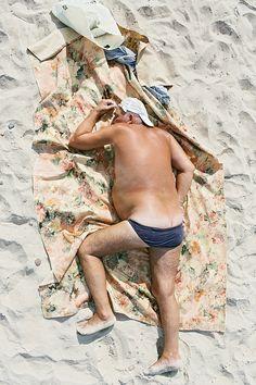 Beeld je in: de prachtig blauwe lucht en een warme zon op je hoofd, terwijl je met gesloten ogen en zonder zorgen op je badhanddoek ligt en met niet al te veel moeite het zand van het warme strand tussen je tenen uit probeert te schudden, met golven als achtergrondmuziek. Ken je dat? Mooi. Deze […]