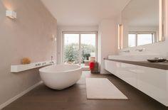 Schickes Badezimmer mit freistehender Badewanne