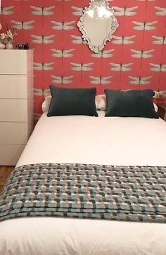 Habitación doble con papel pintado en pared de cabecero de libélulas #decor #decoracion #interiordesign #wallpaper #room Interiores Design, Cottage, Bed, Furniture, Home Decor, Ideas, Bedroom Romantic, Master Bedroom, Double Bedroom