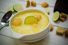 Batir ligeramente las yemas y los huevos con el jugo de limón. Reservar. Hervir en una olla o cacerola el caldo de pollo a fuego medio.