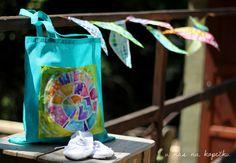 U nás na kopečku: Vosková batika II ...Co s plátýnky, na které jsme malovali voskem a vybarvili je anilinkami? Ještě nezačaly prázdniny a my si s holkama vytvořily tašky na bačkory do šatny, nebo do nich dáme noty či piškoty? Na popřemýšlení je ještě čas.  Látkové tašky lze koupit kolem 30,-Kč ve výtvarných potřebách. Můžete je nabatikovat a našít či nalepit váš voskový motiv. Už jsem vyzkoušela a bohužel voskový obrázek nelze prát.