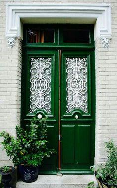"""""""Вопрос 5""""   2) Это будет спокойная уютная улочка без туристов, с небольшими кафе, маленькими магазинчиками. У каждого дома на этой улице будет что - то особенное. У моего - вот такая дверь."""