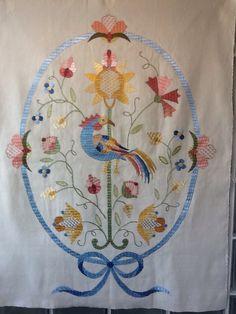 Painel de Castelo Branco realizado pela autora do pin Embroidery Patterns, Diy Crafts, Crafty, Embroidery Floss Crafts, Embroidery Stitches, Dashboards, Bedspreads, Needlework