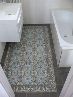 Ok this is adorable. I love the Portuguese tiles inset as though they were a bath rug. Bekijk de foto van tsjitske met als titel Portugese tegels in de badkamer en andere inspirerende plaatjes op Welke. Bathroom Renos, Bathroom Flooring, Bathroom Interior, Small Bathroom, Design Bathroom, Floor Design, Tile Design, House Design, Design 24