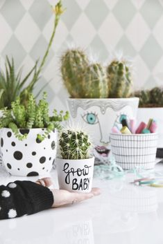 Interior DIY with Pintor Creative Markers - Paint Your Own Flower Pots Diy Projects To Sell, Diy Crafts To Sell, Diy Crafts For Kids, Craft Ideas, Famous Interior Designers, Fashion Designers, Diy Home Decor Bedroom, Wooden Diy, Flower Pots