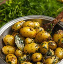 Ξεχάστε ότι ξέρατε για τις πατατούλες φούρνου. Αυτή η συνταγή θα σας ενθουσιάσει διότι ο συνδυασμός των αρωματικών με το κρασί και το βούτυρο, εκτοξεύει τη γεύση της πατάτας στα ύψη Potato Dishes, Potato Recipes, Greek Dishes, Side Dishes, Vegetarian Recipes, Cooking Recipes, Healthy Recipes, Good Food, Yummy Food
